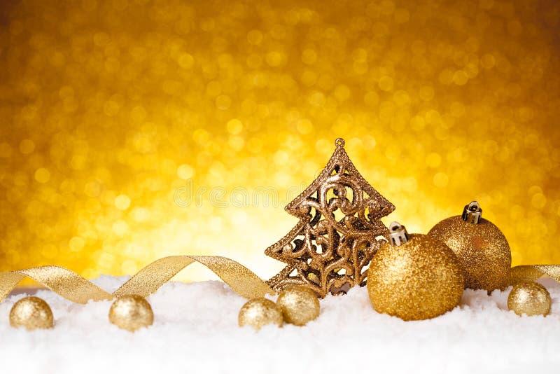 Χρυσή διακόσμηση δέντρων έλατου Χριστουγέννων με τις χρυσές διακοσμήσεις στοκ φωτογραφία