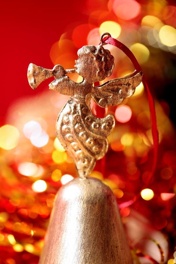 Χρυσή κινηματογράφηση σε πρώτο πλάνο σαλπίγγων παιχνιδιού παιχνιδιών αγγέλου Χριστουγέννων στοκ φωτογραφία με δικαίωμα ελεύθερης χρήσης