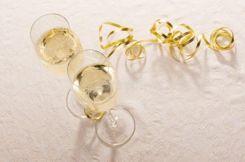 χρυσή κορδέλλα γυαλιών σαμπάνιας στοκ φωτογραφία με δικαίωμα ελεύθερης χρήσης