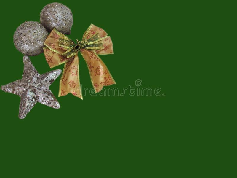Χρυσή κορδέλλα και διακοσμητικές διακοσμήσεις, ασημένια μορφή αστεριών και silv στοκ εικόνα με δικαίωμα ελεύθερης χρήσης