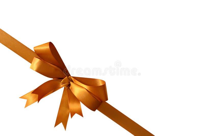 Χρυσή κορδέλλα τόξων δώρων που απομονώνεται στην άσπρη διαγώνιος γωνιών υποβάθρου στοκ εικόνα με δικαίωμα ελεύθερης χρήσης