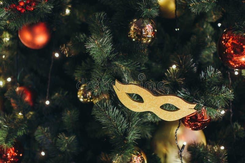Χρυσή μάσκα καρναβαλιού όπως ένα παιχνίδι χριστουγεννιάτικων δέντρων στοκ εικόνα με δικαίωμα ελεύθερης χρήσης