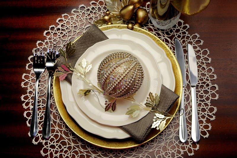 Χρυσή μεταλλική θέματος ρύθμιση επιτραπέζιων θέσεων γευμάτων Χριστουγέννων επίσημη στοκ εικόνες