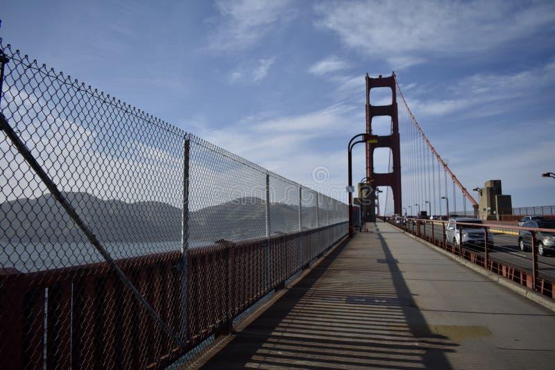 Χρυσή πάροδος ποδηλάτων γεφυρών πυλών που κοιτάζει προς το Marin στοκ φωτογραφία
