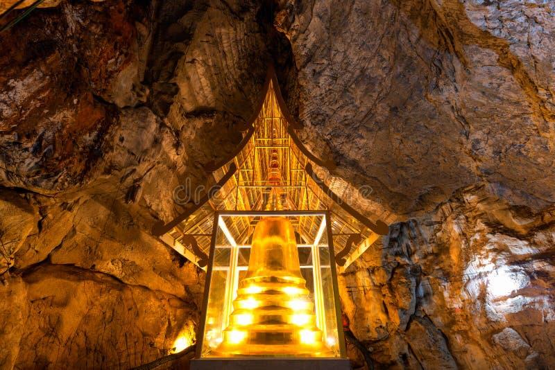 Χρυσή παγόδα στη σπηλιά σε Wat Phra Sabai, Lampang, Ταϊλάνδη στοκ φωτογραφίες με δικαίωμα ελεύθερης χρήσης