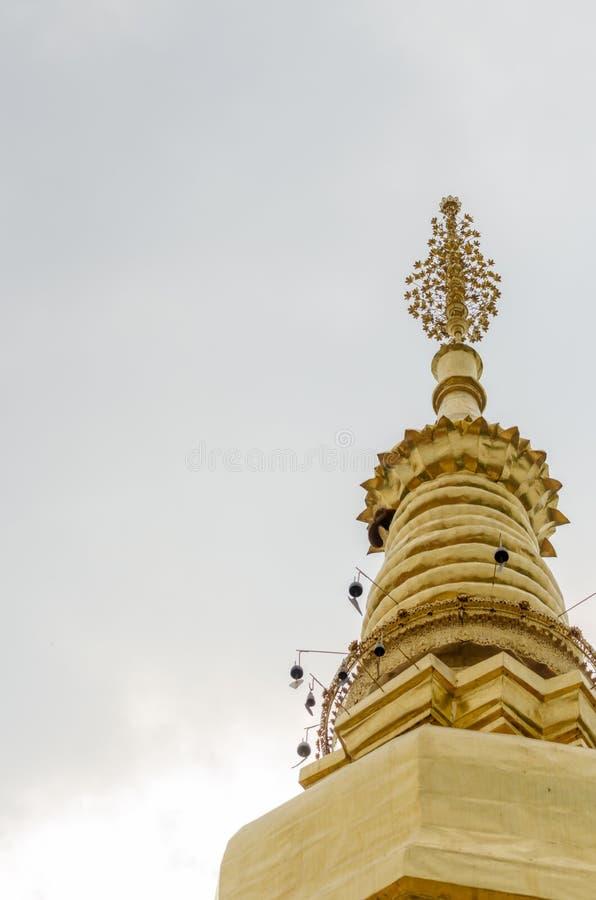Χρυσή παγόδα σε έναν ναό Ταϊλάνδη στοκ φωτογραφίες