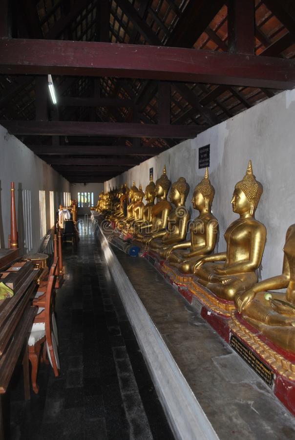 Χρυσή περισυλλογή αγαλμάτων Budha σε Wat Pha Sri Rattana mahathat phitsanulok Ταϊλάνδη στοκ φωτογραφία
