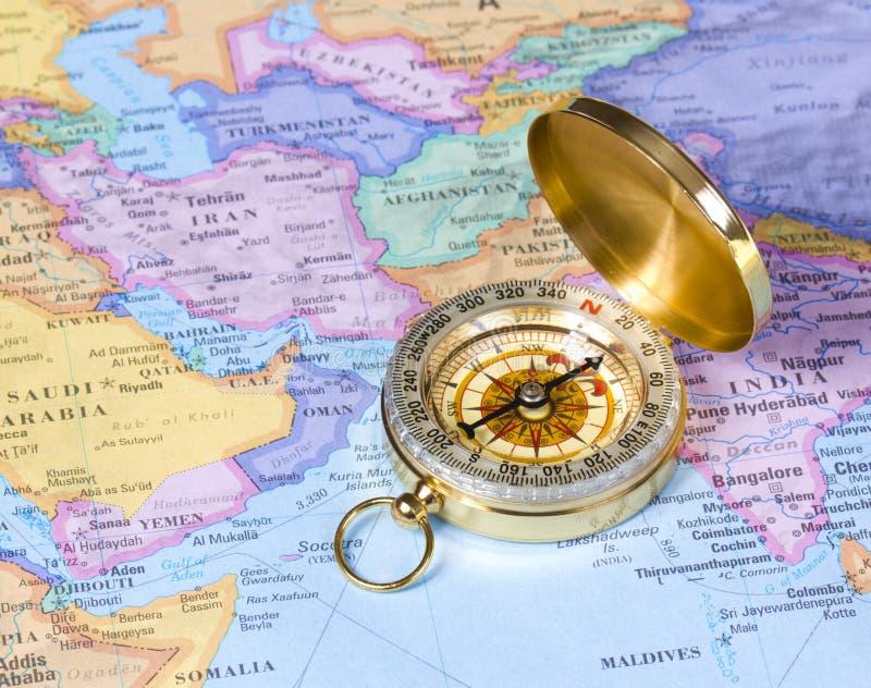 Χρυσή πυξίδα στο χάρτη της Ασίας στοκ φωτογραφία