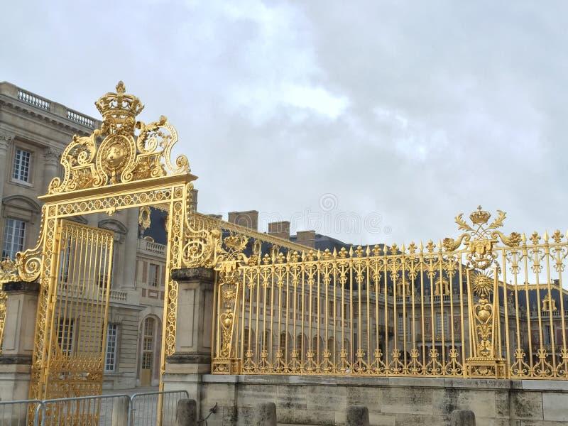 Χρυσή πόρτα παλατιών Versalles στοκ φωτογραφίες