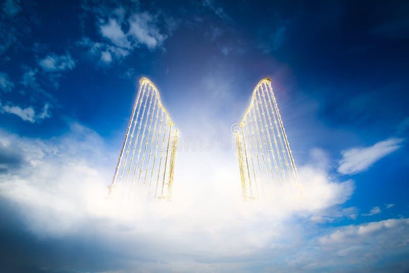 Χρυσή πύλη ουρανών στον ουρανό/την τρισδιάστατη απεικόνιση ελεύθερη απεικόνιση δικαιώματος