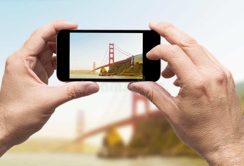 Χρυσή πύλη που παίρνει το έξυπνο τηλέφωνο εικόνων στοκ φωτογραφία