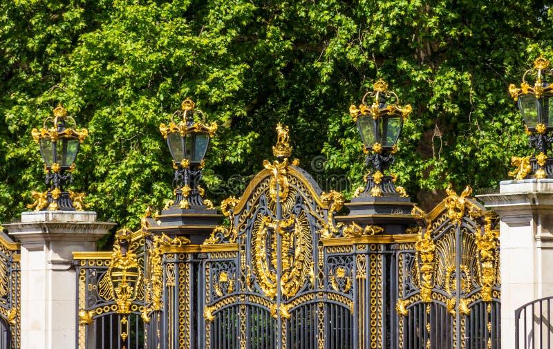 Χρυσή πύλη του πάρκου του ST James, Λονδίνο στοκ εικόνα