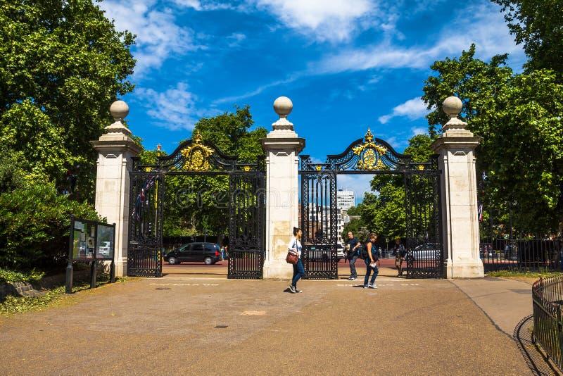 Χρυσή πύλη του πάρκου του ST James, Λονδίνο στοκ φωτογραφία με δικαίωμα ελεύθερης χρήσης