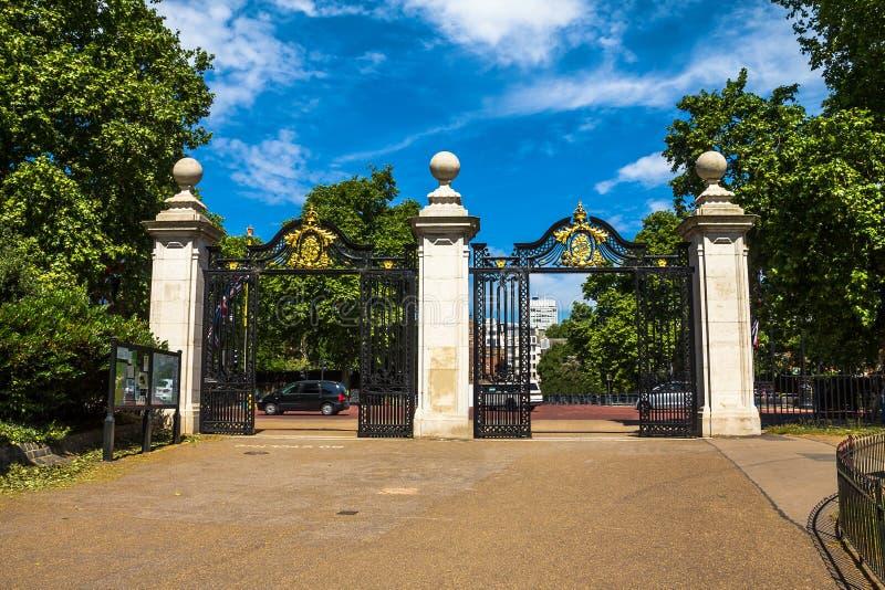 Χρυσή πύλη του πάρκου του ST James, Λονδίνο στοκ εικόνες