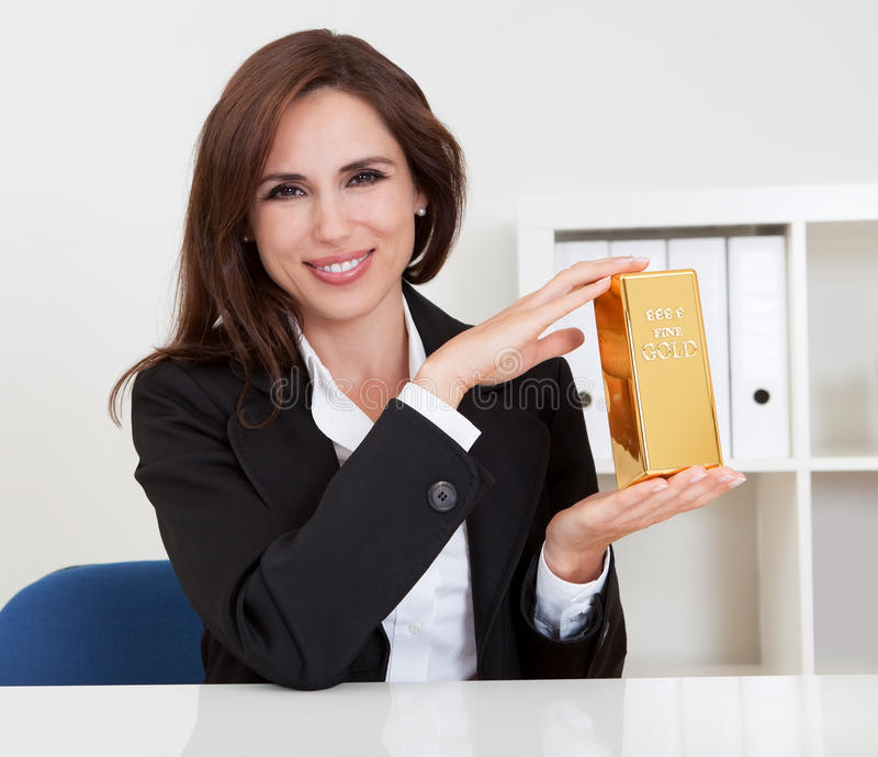 Χρυσή ράβδος εκμετάλλευσης επιχειρηματιών στοκ φωτογραφίες