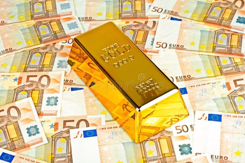 Χρυσή ράβδος και ευρο- χρήματα στοκ φωτογραφίες