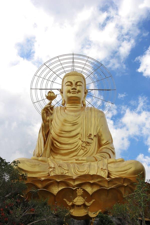 Χρυσή συνεδρίαση του Βούδα στη θέση λωτού στοκ εικόνες