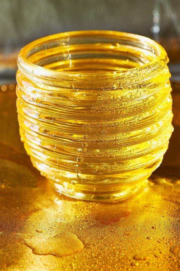 Χρυσή σύσταση με τις πτώσεις νερού Δίψα και η απόσβεσή του στοκ φωτογραφία με δικαίωμα ελεύθερης χρήσης
