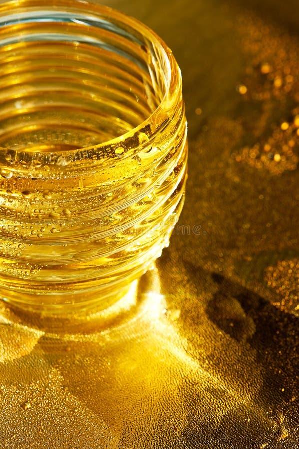 Χρυσή σύσταση με τις πτώσεις νερού Δίψα και η απόσβεσή του στοκ εικόνα