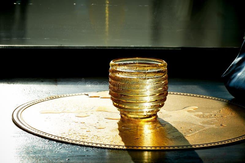 Χρυσή σύσταση με τις πτώσεις νερού Δίψα και η απόσβεσή του στοκ εικόνα με δικαίωμα ελεύθερης χρήσης