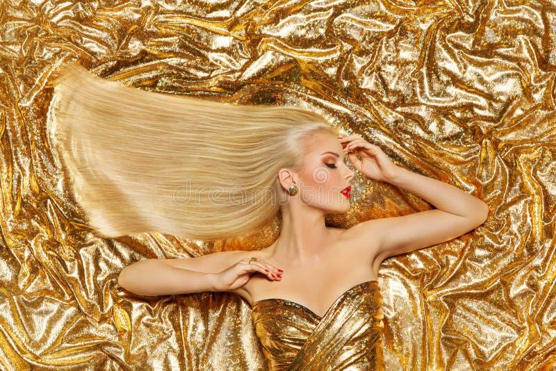 Χρυσή τρίχα, μόδα πρότυπο χρυσό ευθύ Hairstyle, ξανθό κορίτσι στα λαμπρά σπινθηρίσματα στοκ εικόνες