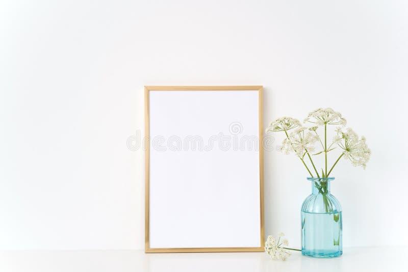 Χρυσή χλεύη πλαισίων επάνω με έναν άγριο οικοδεσπότη στο μπλε βάζο Πρότυπο για, προώθηση, σχέδιο Πρότυπο για τις μικρές επιχειρήσ στοκ φωτογραφίες