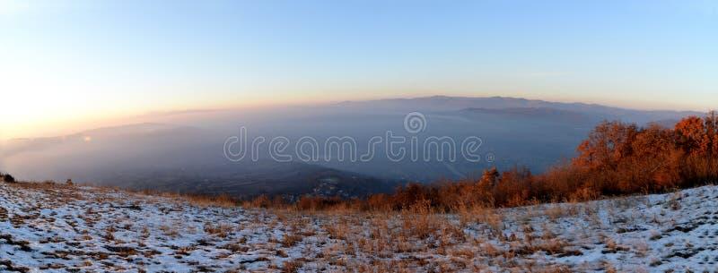 Χρυσή ώρα από την κορυφή λόφων στοκ εικόνα