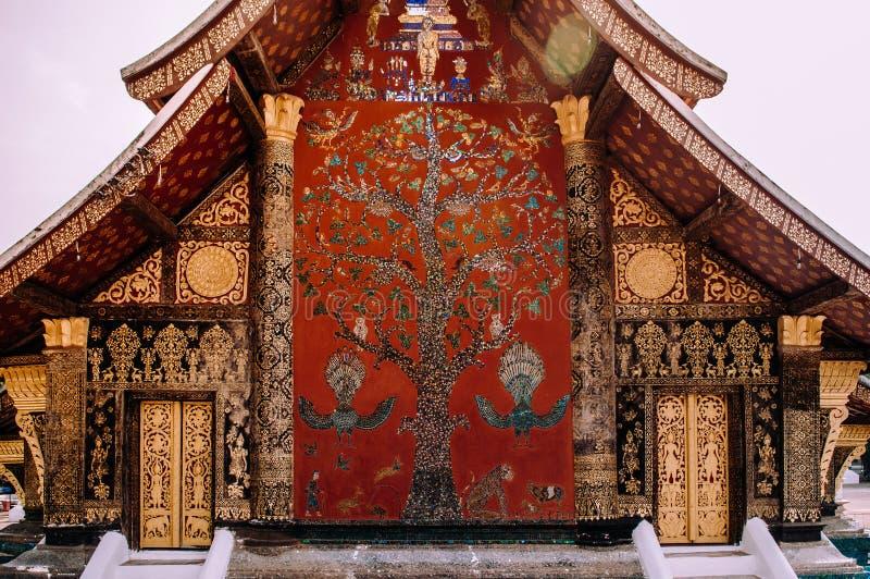 Χρυσή Mural τέχνη Buddism και τοίχος μωσαϊκών στο λουρί Wat Xieng, Luang Prabang - Λάος στοκ εικόνες