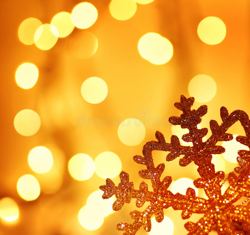 Χρυσή snowflake διακόσμηση χριστουγεννιάτικων δέντρων στοκ εικόνα