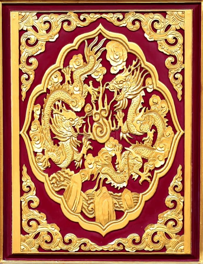 Χρυσοί δράκοι στο κινεζικό ύφος στο κόκκινο υπόβαθρο στοκ φωτογραφία με δικαίωμα ελεύθερης χρήσης