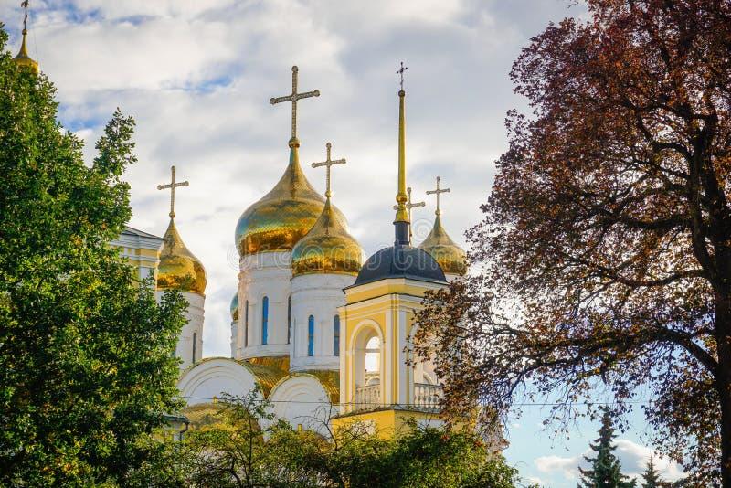 Χρυσοί θόλοι της Ορθόδοξης Εκκλησίας στη μέση του φυλλώματος φθινοπώρου στοκ εικόνες