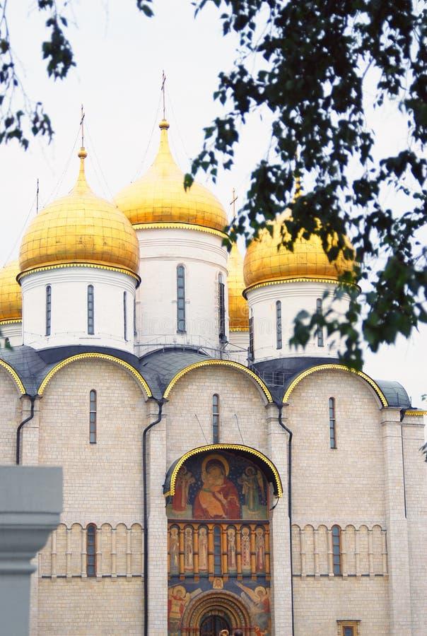 Χρυσοί θόλοι εκκλησιών Dormition Κρεμλίνο Μόσχα στοκ φωτογραφίες με δικαίωμα ελεύθερης χρήσης