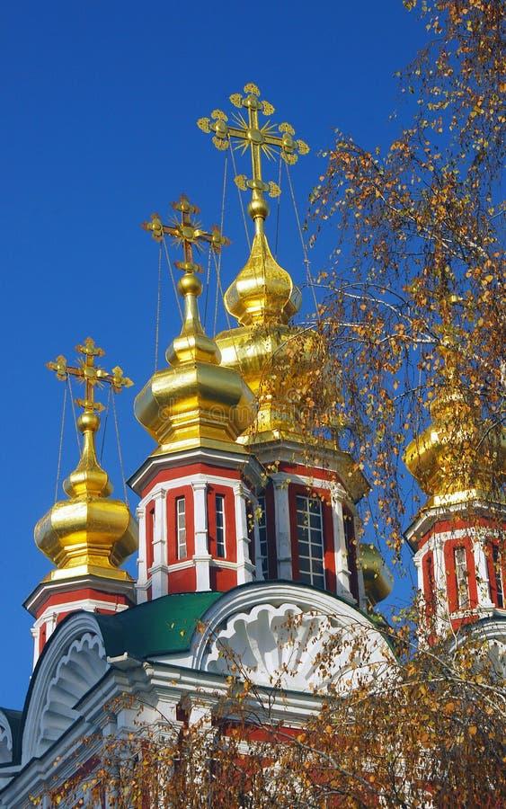 Χρυσοί θόλοι και σταυροί εκκλησιών μπλε ουρανός ανασκόπησης στοκ φωτογραφίες με δικαίωμα ελεύθερης χρήσης