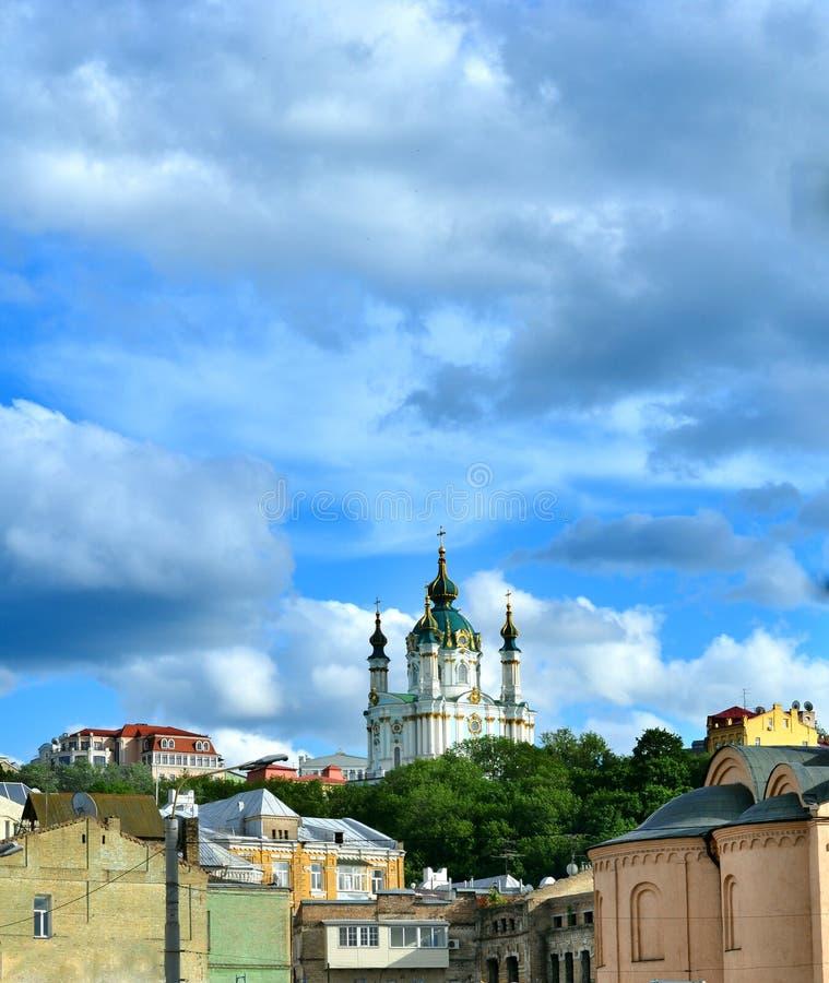 Χρυσοί θόλοι της εκκλησίας Αγίου Andrew στο Κίεβο στοκ εικόνες με δικαίωμα ελεύθερης χρήσης