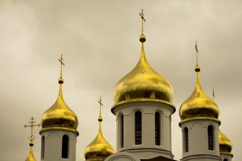 Χρυσοί θόλοι της ρωσικής Ορθόδοξης Εκκλησίας διάσημα βουνά kanonkop της Αφρικής κοντά στο γραφικό αμπελώνα νότιων άνοιξη στοκ φωτογραφίες με δικαίωμα ελεύθερης χρήσης