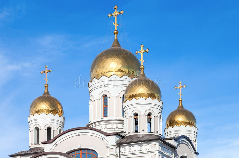Χρυσοί θόλοι της ρωσικής Ορθόδοξης Εκκλησίας με το σταυρό στοκ φωτογραφίες