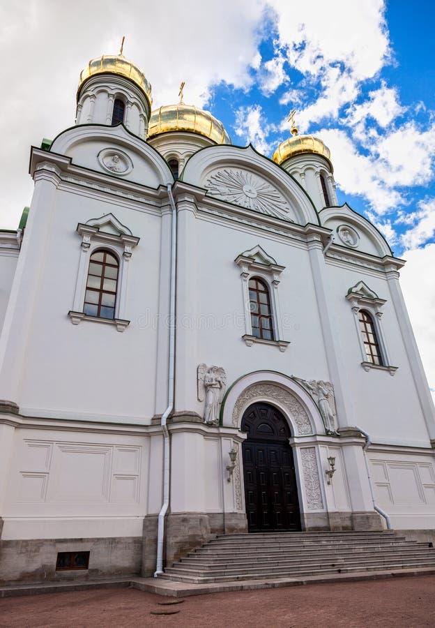 Χρυσοί θόλοι του καθεδρικού ναού της Catherine ενάντια στο μπλε ουρανό στοκ εικόνα με δικαίωμα ελεύθερης χρήσης