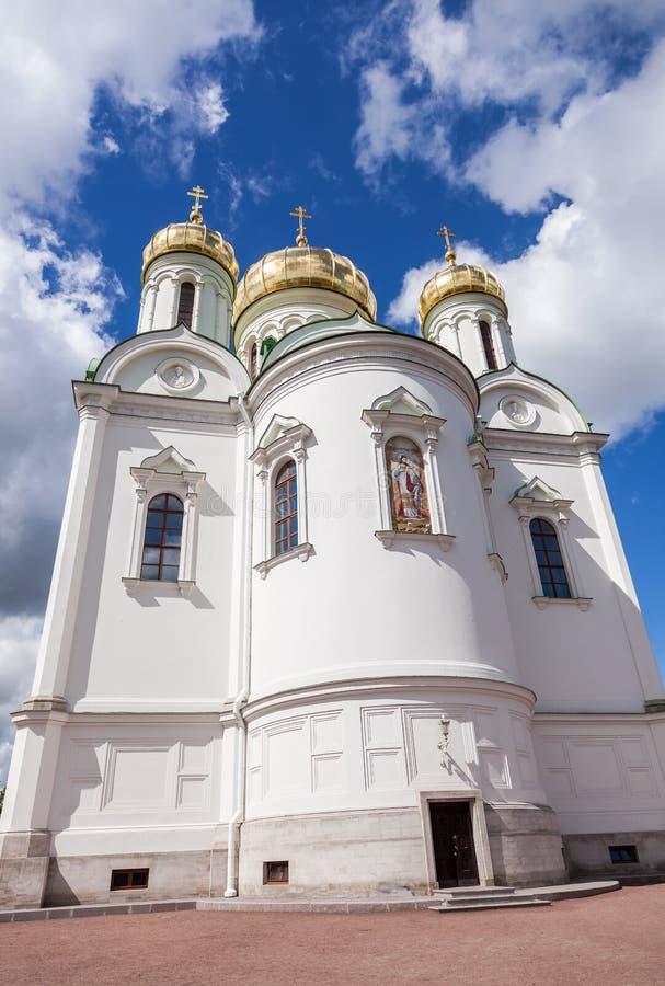 Χρυσοί θόλοι του καθεδρικού ναού της Catherine ενάντια στο μπλε ουρανό στοκ φωτογραφία