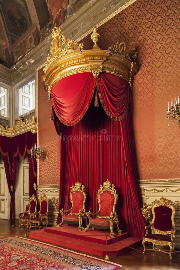 Χρυσοί και κόκκινοι θρόνοι βασιλιάδων και βασίλισσας κάτω από ένα βαγδάτι στο δωμάτιο θρόνων στοκ φωτογραφίες με δικαίωμα ελεύθερης χρήσης