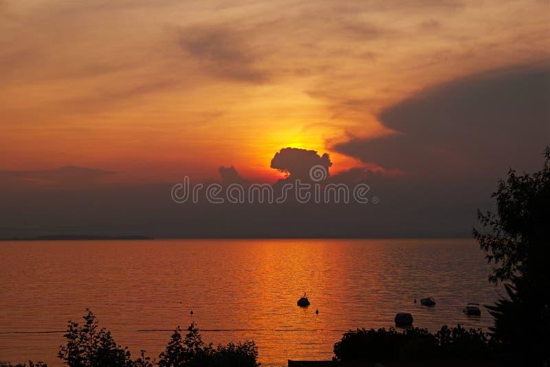Χρυσοί ουρανός και νερά ηλιοβασιλέματος στη λίμνη Garda στοκ φωτογραφία με δικαίωμα ελεύθερης χρήσης