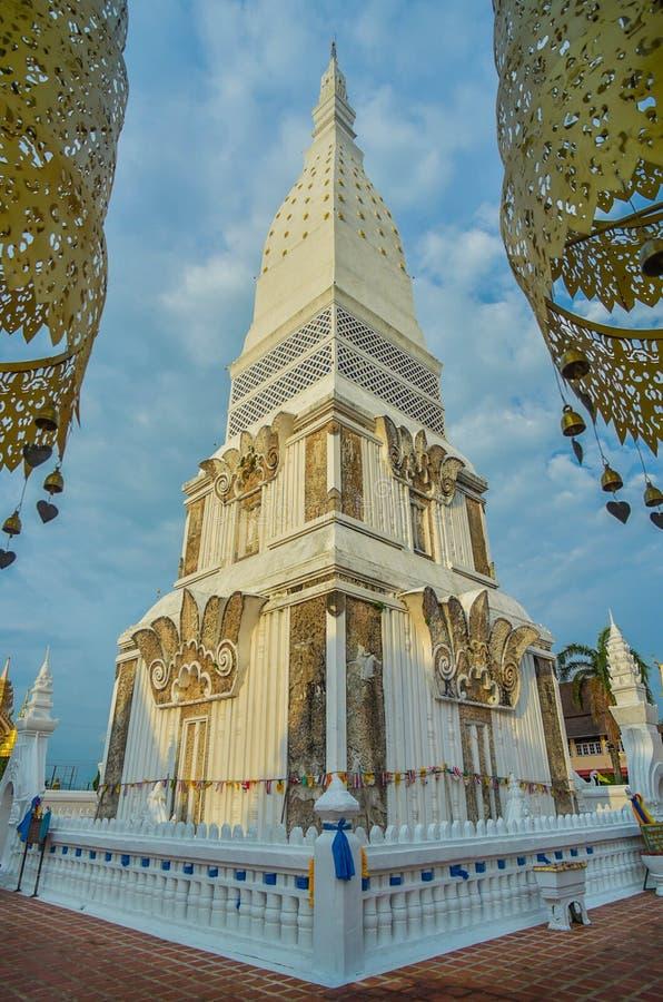 Χρυσοί παγόδα και ναός σε Tra Uthen, Nakorn Phanom Ταϊλάνδη στοκ εικόνα με δικαίωμα ελεύθερης χρήσης