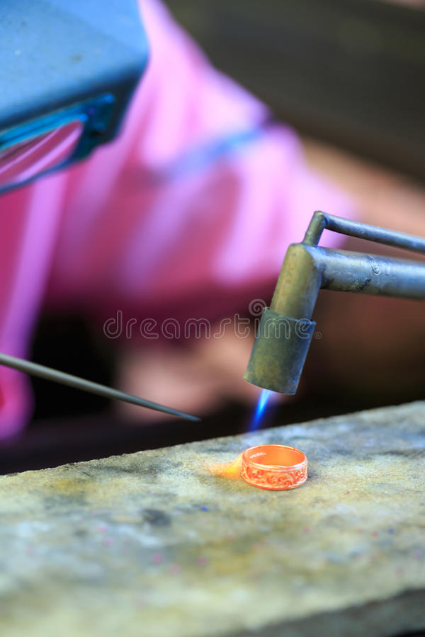 Χρυσοχόος που κάνει το δαχτυλίδι στοκ φωτογραφίες