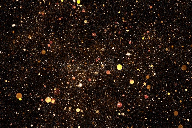 Χρυσός ακτινοβολήστε μόρια φυσαλίδων σπινθηρίσματος στο μαύρο υπόβαθρο, εορταστικές διακοπές καλής χρονιάς γεγονότος στοκ φωτογραφία με δικαίωμα ελεύθερης χρήσης