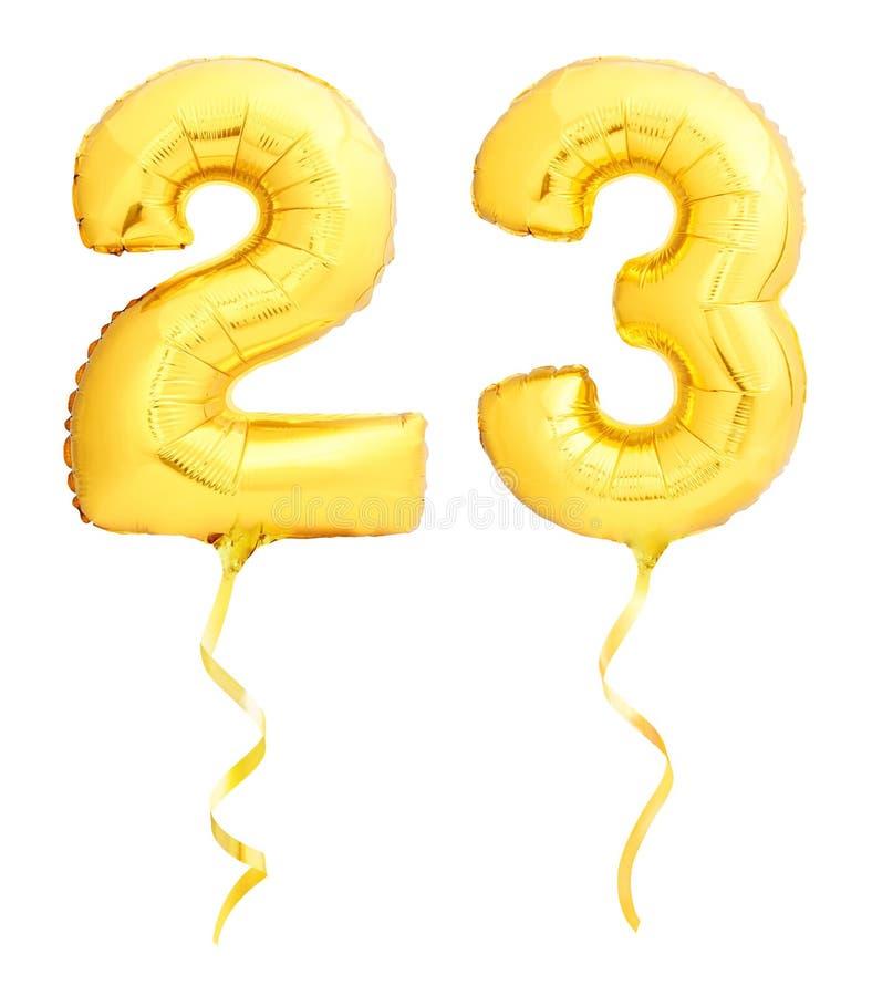 Χρυσός αριθμός 23 είκοσι τρία φιαγμένα από διογκώσιμο μπαλόνι με την κορδέλλα που απομονώνεται στο λευκό στοκ φωτογραφία