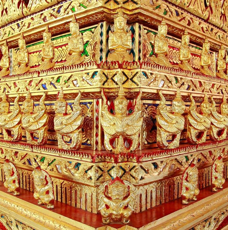 Χρυσός γλυπτός ναός αγγέλων Garuda γιγαντιαίος στην Ταϊλάνδη στοκ φωτογραφία