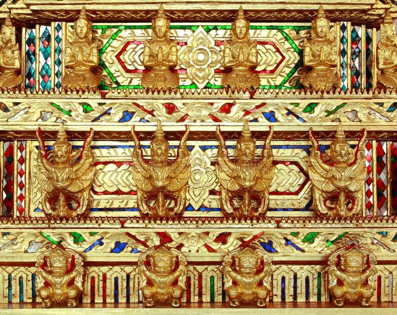 Χρυσός γλυπτός ναός αγγέλων Garuda γιγαντιαίος στην Ταϊλάνδη στοκ εικόνα