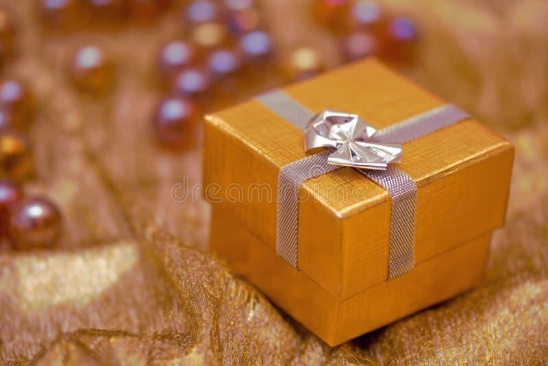 χρυσός δώρων Χριστουγέννω στοκ φωτογραφίες