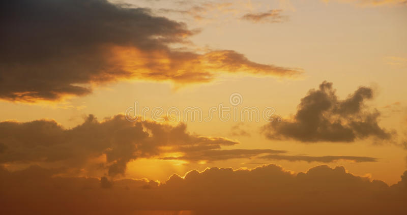 Χρυσός ηλιοβασιλέματος ουρανού άποψης τρύγος ήλιων σύννεφων πορτοκαλής στοκ φωτογραφία