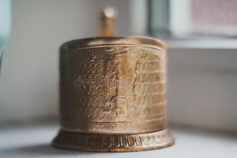 Χρυσός κάτοχος φλυτζανιών στοκ φωτογραφία με δικαίωμα ελεύθερης χρήσης