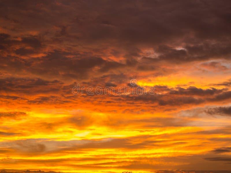 Χρυσός κίτρινος που αναμιγνύεται με τα γκρίζα σύννεφα στοκ εικόνες